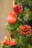 Decoración en el árbol de navidad Fotos de archivo