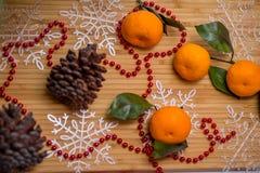 Decoración en el travesaño de la ventana como decoración de la Navidad foto de archivo