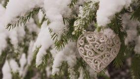 Decoración en forma de corazón del Año Nuevo que cuelga en árbol de abeto almacen de metraje de vídeo