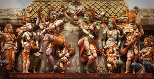Decoración en la pared del templo hindú Figuras de la gente del baile Fotografía de archivo libre de regalías
