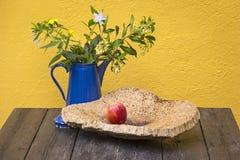 Decoración en la tabla, con el esmalte y la manzana Fotografía de archivo