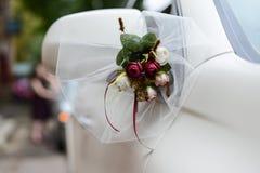 Decoración en los coches de la boda Flores Foto de archivo libre de regalías