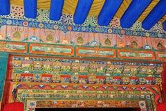 Decoración en Norbulingka, Lhasa de la puerta Fotos de archivo libres de regalías