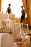 Decoración en restaurante. Vidrios, servilletas Fotos de archivo libres de regalías