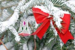 Decoración en un árbol de navidad Fotos de archivo libres de regalías