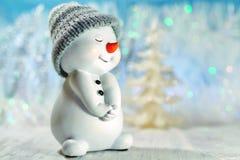 Decoración en un fondo azul - muñeco de nieve de la Navidad Imagen de archivo libre de regalías