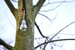 Decoración especial de la Navidad del papá en un árbol desnudo imagen de archivo