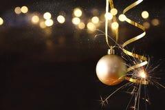decoración festiva de la bola del árbol de la Navidad delante del backgro negro Imágenes de archivo libres de regalías