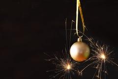 decoración festiva de la bola del árbol de la Navidad delante del backgro negro Fotografía de archivo