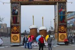 Decoración festiva de la ciudad en el día de fiesta de Pascua Imagenes de archivo
