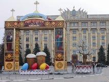 Decoración festiva de la ciudad en el día de fiesta de Pascua Imagen de archivo