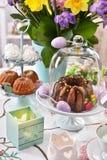 Decoración festiva de la tabla de Pascua con las flores y los pasteles de la primavera fotografía de archivo libre de regalías