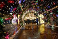 Decoración festiva de las calles en ocasión del Año Nuevo y de la Navidad, Moscú, Rusia Foto de archivo