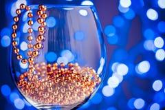 Decoración festiva del oro del ornamento de la tarjeta en copa de vino Imagen de archivo libre de regalías