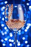 Decoración festiva del oro del ornamento de la tarjeta en copa de vino Imagen de archivo