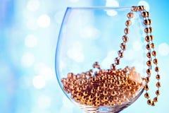 Decoración festiva del oro del ornamento de la tarjeta en copa de vino Imágenes de archivo libres de regalías