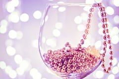 Decoración festiva del oro del ornamento de la tarjeta en copa de vino Fotos de archivo