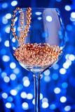 Decoración festiva del oro del ornamento de la tarjeta en copa de vino Foto de archivo libre de regalías