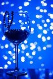 Decoración festiva del oro del ornamento de la tarjeta en copa de vino Fotografía de archivo libre de regalías