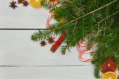 Decoración festiva: dulces, frutas secadas, canela, anís, la Navidad Imagenes de archivo