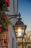 Decoración festiva en el tiempo de la Navidad - contenga el frente con la linterna Imagen de archivo