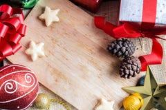 Decoración festiva, la Navidad y Año Nuevo en la tabla de madera Fotografía de archivo