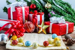 Decoración festiva, la Navidad y Año Nuevo en la tabla de madera Fotografía de archivo libre de regalías