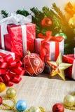 Decoración festiva, la Navidad y Año Nuevo en la tabla de madera Fotos de archivo