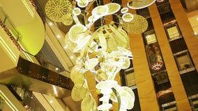 Decoración festiva sofisticada de la Navidad que hace girar lentamente en pasillo del hotel de la élite metrajes