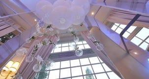 Decoración floral de la boda original bajo la forma de mini-floreros y ramos de flores que cuelgan del techo almacen de video