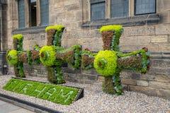 Decoración floral en él se centra de la ciudad histórica Durham, Reino Unido imágenes de archivo libres de regalías