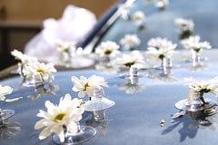 Decoración floral en el coche de la boda Imagen de archivo libre de regalías