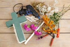 Decoración floral en la forma cruzada - tutorial Fotos de archivo
