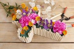 Decoración floral en la forma cruzada - tutorial Imagen de archivo