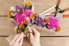 Decoración floral en la forma cruzada - tutorial Foto de archivo