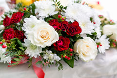 Decoración floral en la tabla festiva Fotografía de archivo libre de regalías