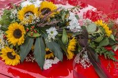 Decoración floral para el coche nupcial Fotos de archivo libres de regalías