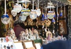 Decoración hecha a mano de la Navidad en una cabina del mercado de la Navidad en el sur el Tyrol Italia de Meran imagenes de archivo
