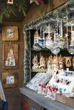 Decoración hecha a mano de la Navidad en una cabina del mercado de la Navidad en el sur el Tyrol Italia de Meran fotos de archivo libres de regalías