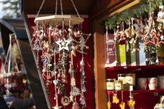 Decoración hecha a mano de la Navidad hecha fuera de los materiales naturales en t fotos de archivo
