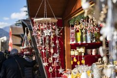Decoración hecha a mano de la Navidad hecha fuera de los materiales naturales en t fotos de archivo libres de regalías