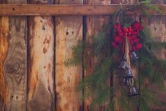 Decoración hecha a mano roja retra de la Navidad con las ramas de árbol en la cerca de madera del fondo Fotografía de archivo libre de regalías