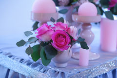 Decoración hermosa de flores en una tabla de la boda en un restaurante Foto de archivo