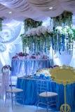 Decoración hermosa de flores en una tabla de la boda en un restaurante Imagenes de archivo
