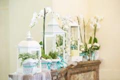 Decoración hermosa de la boda de la flor en una iglesia Imagenes de archivo