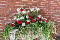 Decoración hermosa de la boda de la flor en una iglesia Foto de archivo libre de regalías