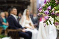 Decoración hermosa de la boda de la flor en una iglesia Fotos de archivo
