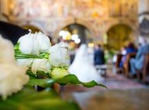 Decoración hermosa de la boda de la flor en una iglesia Fotografía de archivo libre de regalías