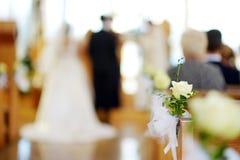 Decoración hermosa de la boda de la flor en una iglesia durante ceremonia de boda Foto de archivo libre de regalías