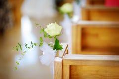 Decoración hermosa de la boda de la flor en una iglesia durante ceremonia de boda Fotos de archivo libres de regalías